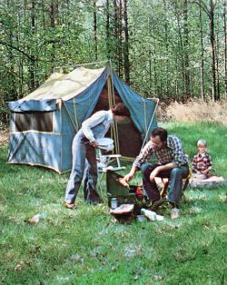 477px-Family_camping